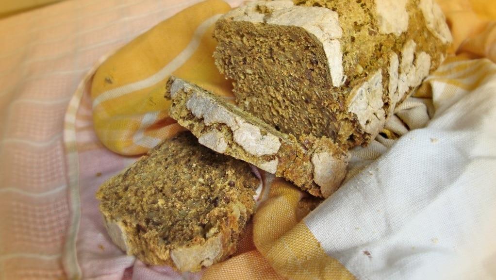 Хляб с кориандър, куркума, семена и магданоз