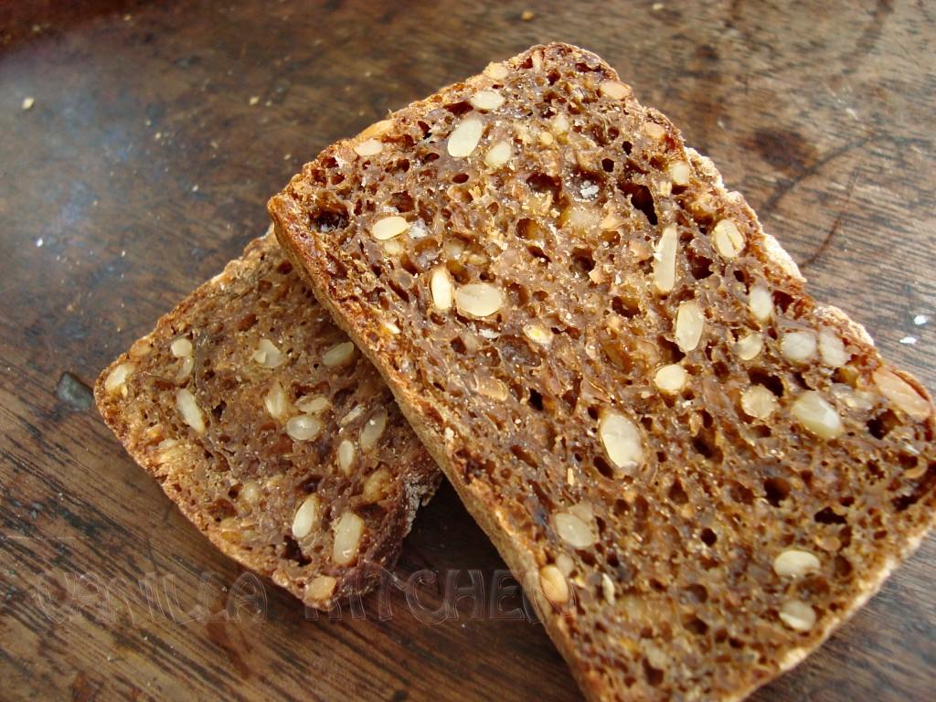 филийки квасен хляб със семенца