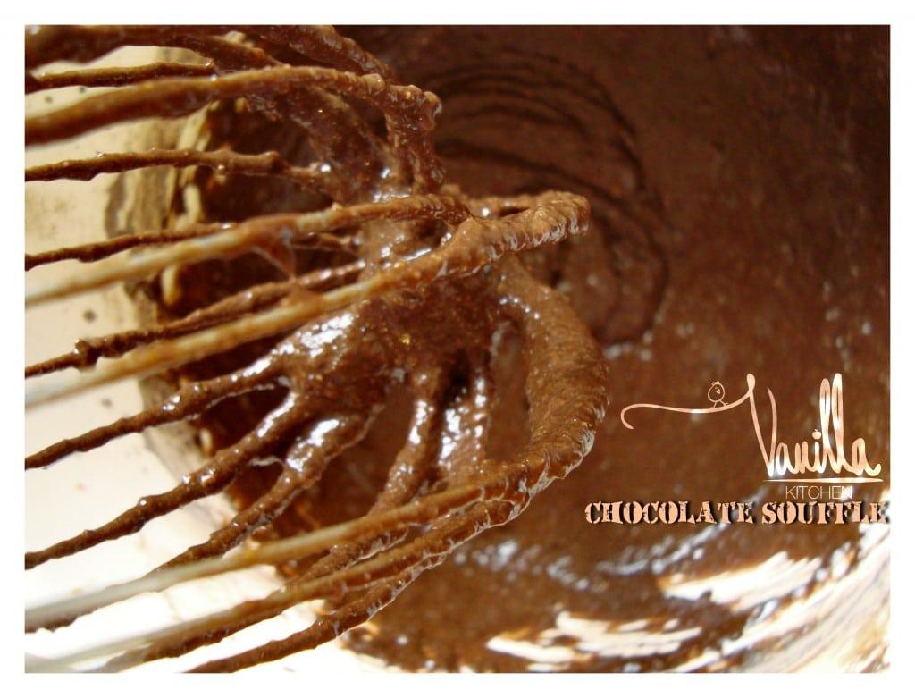 шоколадово суфле със сироп от рози