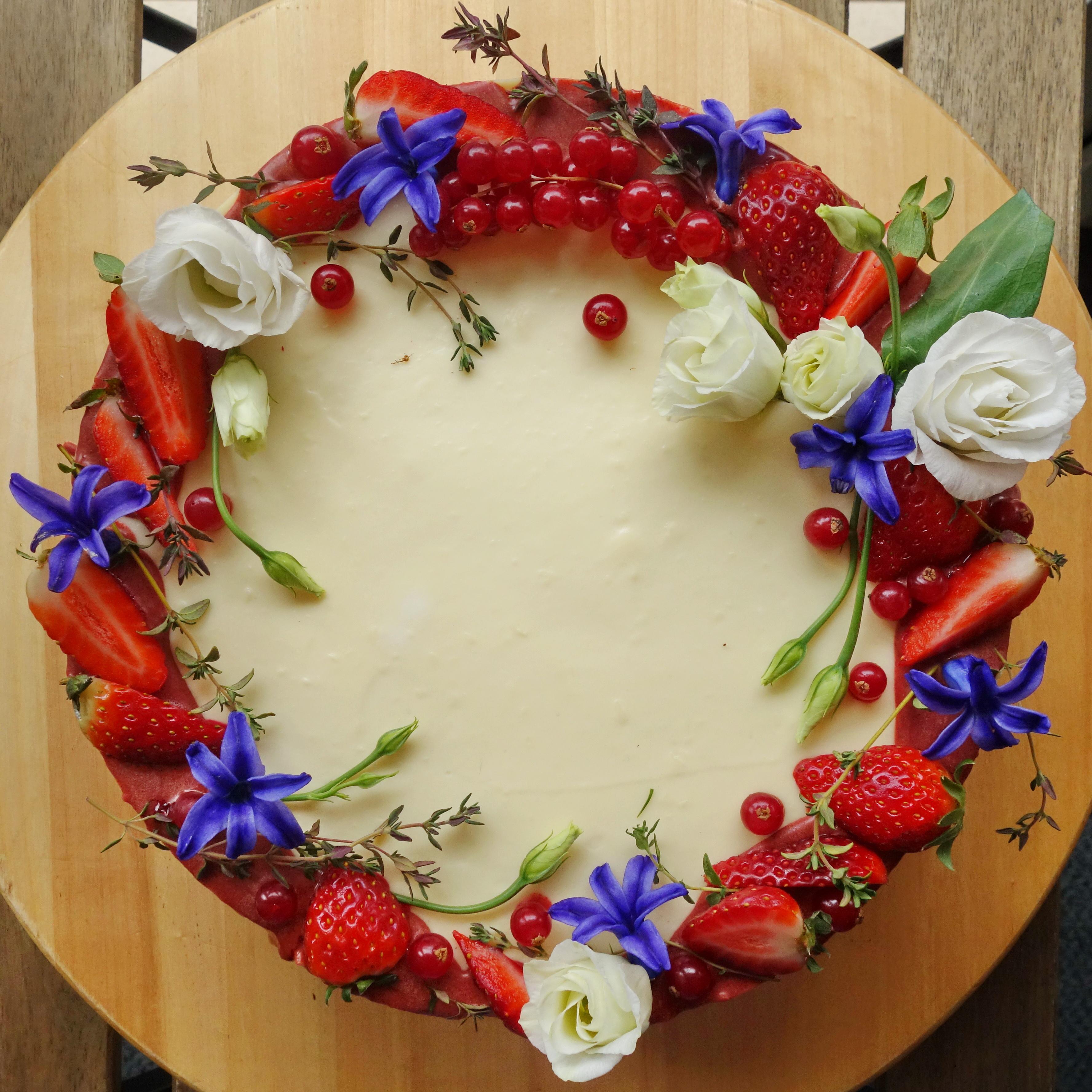 сватбена торта в бяло и червено